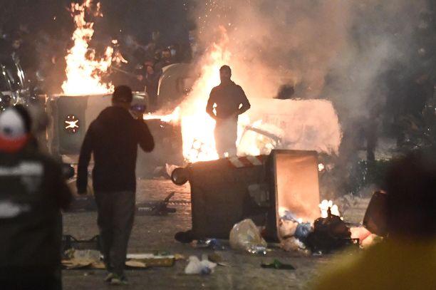 Sadat nuoret ottivat yhteen poliisin kanssa Napolissa perjantain ja lauantain välisenä yönä.