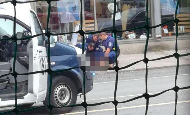 Poliisi tutkii Turun perjantaisia puukotuksia terroritekoina.