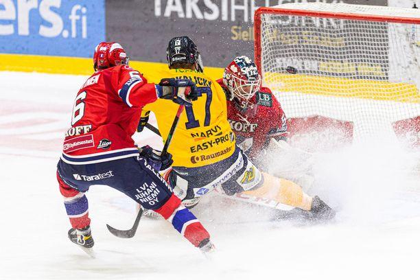 Ei tästäkään! Puolustaja Joonas Lyytinen on myöhässä, mutta Frans Tuohimaa torjuu Lukon Pavol Skalickyn yrityksen.