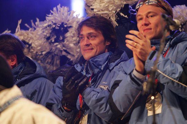 Teemu Torinon olympialaisissa voitetun hopean jälkeen Helsingin Kauppatorilla vuonna 2006.