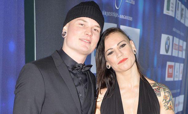 Nyrkkeilypariskunta latoi suorat sanat IL-TV:n haastattelussa.