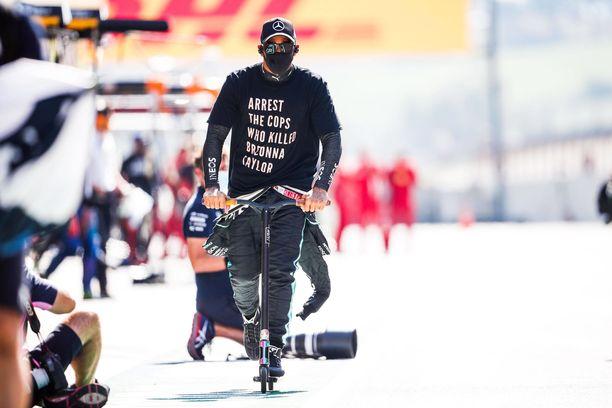 Tältä näytti Lewis Hamiltonin kantaaottava paita.