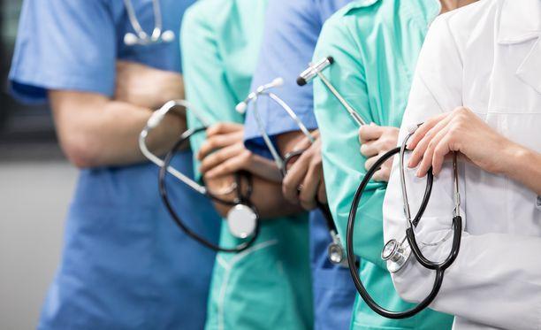 Seitsemän kymmenestä Aluehallintovirastoihin tehdyistä terveydenhuollon kanteluista koskee lääkärien toimintaa.
