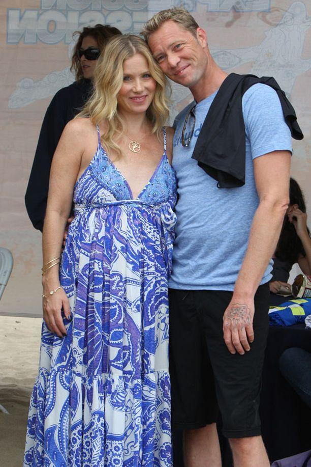 Christina Applegate esitteli vauvavatsaansa marraskuussa. Vierellä kihlattu Martyn LeNoble.