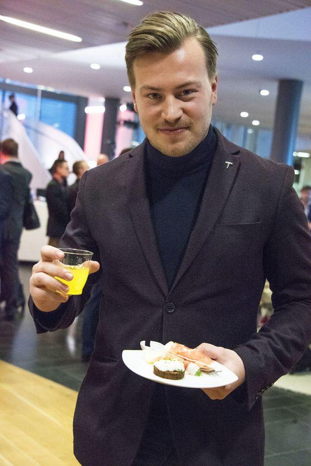 Alex Holmström lensi Ruotsista vastaanottamaan Teslan palkintoa.
