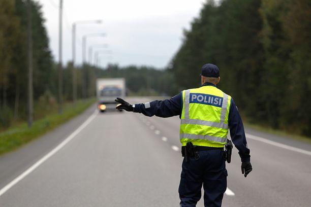 Poliisissa ollaan huolissaan siitä, ettei kentälle enää riitä henkilöstöä.
