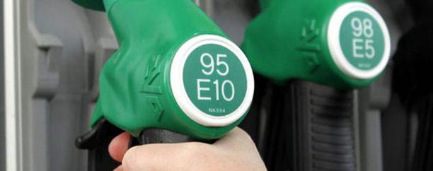 E10-bensa kuohuttaa.