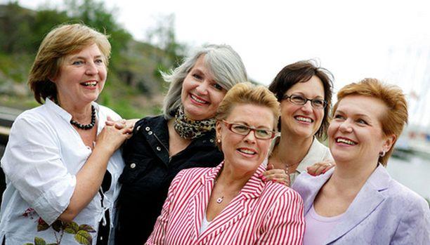 Marjukka Härmälä (vas.), Ulla-Maija Nikko, Heli Hiito-Soveri, Kristiina Halme ja Leena Sokolowski pitävät kiinni ystävyydestään.