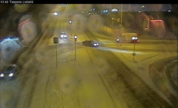 Liikenneviraston kamerassa tilanne Tampereella hieman ennen puolta yhdeksää lauantaiaamuna.