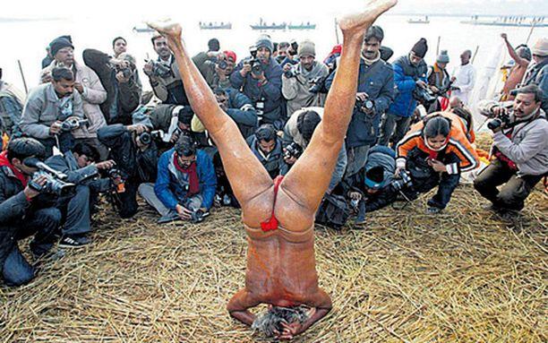 PÄIVÄN PYLLISTYS Valokuvaajat ikuistivat hindujen pyhän miehen, Naga sadhun, joogaamassa tämän tehtyä ensin pyhiä sukelluksia Ganges-, Yamuna- ja Saraswati-jokien risteyksessä Intiassa.