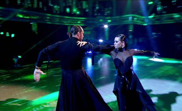 Seann Walsh ja Katya Jones ovat pärjänneet tanssikisassa hyvin. Toistaiseksi he jatkavat kisassa, kohusta huolimatta.