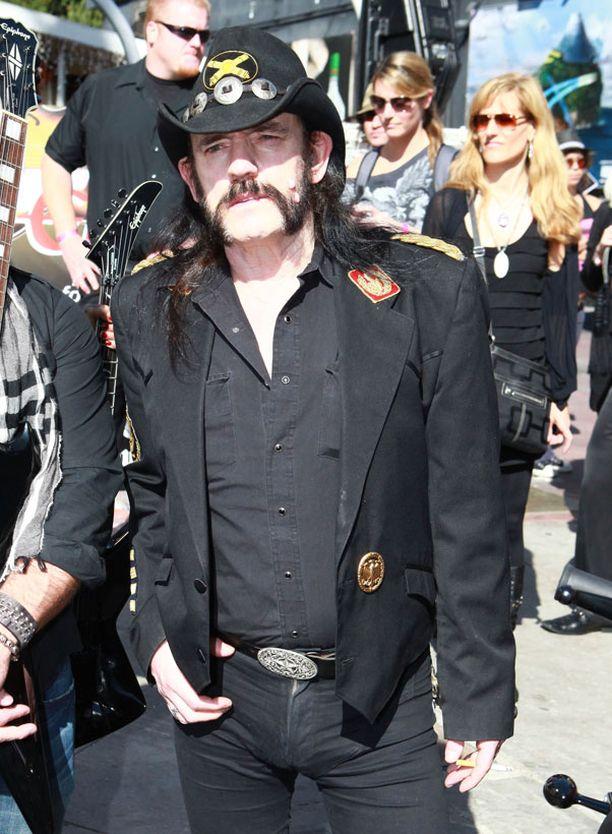 Naiset, päihteet ja rock kuuluvat olennaisena osana Lemmyn elämään.