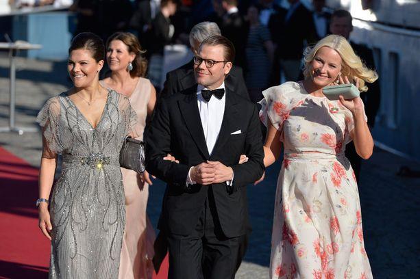 Victoria, Daniel ja Norjan kruununprinsessa Mette-Marit juuri ennen prinssi Carl Philipin häitä.
