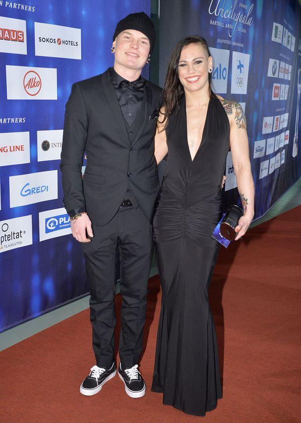 Eva Wahlström ja Niklas-puoliso Urheilugaalassa Hartwall Arenalla maanantai-iltana Helsingissä.