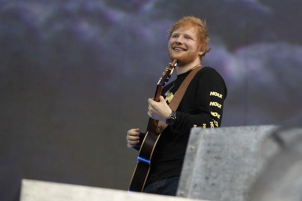 Ed Sheeran esiintyy parhaillaan Malmin lentokentällä Helsingissä.