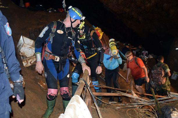 Sukeltajat työskentelevät herkeämättä kadonneiden poikien pelastamiseksi.
