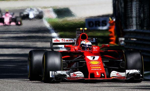 Kimi Räikkönen joutui yllätetyksi. Suomalainen sijoittui Italiassa viidenneksi. Ricciardo oli neljäs.