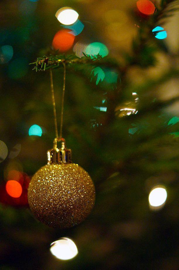 Joulukuusi koristeltiin jouluaattona.