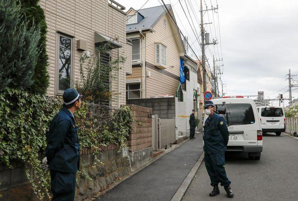 Poliisit vartioivat taloa, josta löytyi yhdeksän ruumiista.