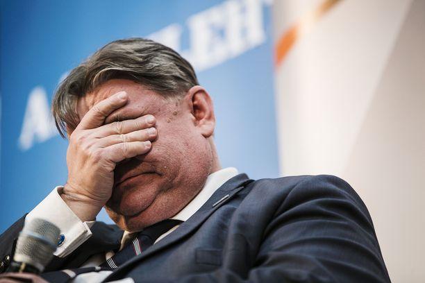 Väsynyt Timo Soini Tampereen puheenjohtajatentissä Koskikeskuksessa vuonna 2017.