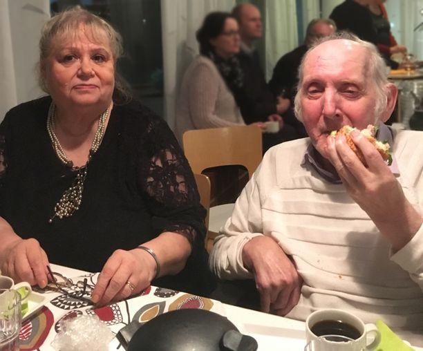 - Lempiruokaani on tavallinen kotiruoka. Lihapullat ja perunat maistuvat aina, toteaa Anneli Leinon aviomies Timo Leino. Vasemmalla Anneli Leino.