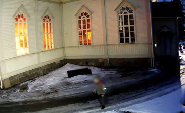 Videolla näkyy, miten sytyttäjä pakenee palopaikalta.