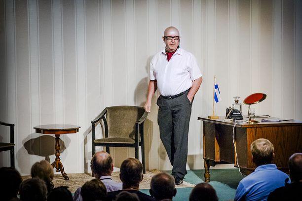 Viime kesänä Paavo Väyrynen käsikirjoitti, ohjasi ja näytteli päärooliin näytelmässä Urho ja hänen kisällinsä.