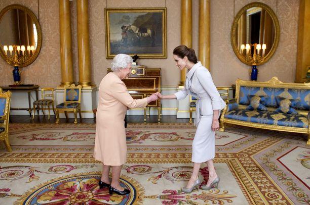 Tätä kuvaa ei voi olla unohtamatta: kuningatar Elizabeth II ja näyttelijä Angelina Jolie vuonna 2014.