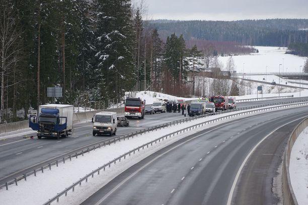 Aseistetut tekijät ryöstivät arvokuljetusauton Salon Suomusjärvellä helmikuussa 2016.