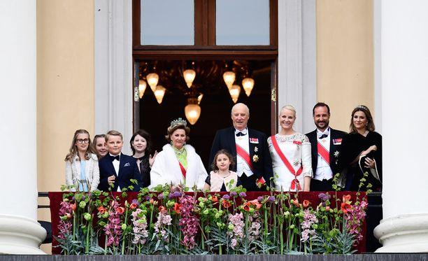 Myös juhlakalut saapuivat tervehtimään oslolaisyleisöä. Mukana parvekkeella nähtiin kuningasparin lastenlasten lisäksi myös prinssi Haakon puolisonsa Mette-Maritin kanssa, sekä Haakonin sisko, prinsessa Märtha Louise.