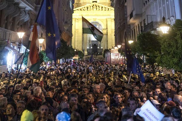Ihmiset osoittivat lokakuussa Budapestissa mieltä CEU:n puolesta.