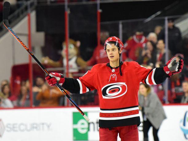 Sebastian Aho keikkuu NHL:n pistepörssissä sijalla 20.
