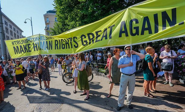 Amnestyn valomainosten tunnuslause Make human rights great again näkyi myös maanantaina mielenosoituksessa.
