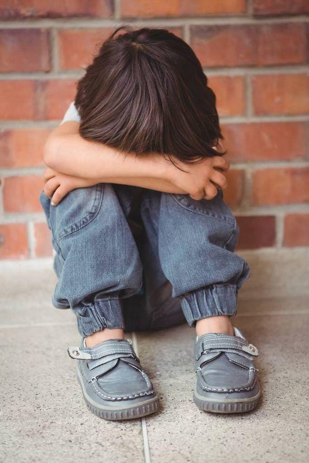 SOS-Lapsikylän lastensuojelupäällikkö Anna-Liisa Koisti-Auerin mukaan huostaan otetuilla lapsilla on yhä vaikeampia tilanteita taustallaan. Kuvituskuva.