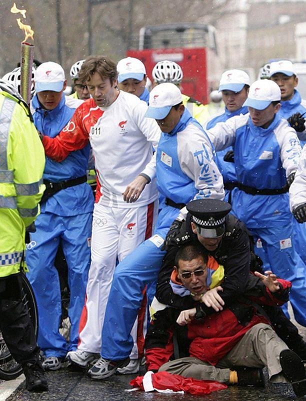 Poliisit raivasivat mielenosoittajat pois olympiatulen tieltä sunnuntaina Lontoossa, josta tuli matkasi Pariisiin.