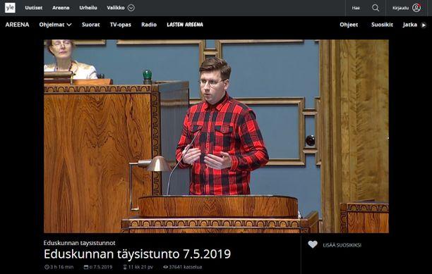 Sebastian Tynkkynen (ps) piti ensimmäisen puheenvuoronsa kansanedustajana flanellipaidassa.