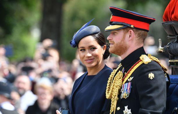 Harryn ja Meghanin liitto aiheutti kuningasperheessä vastustusta.