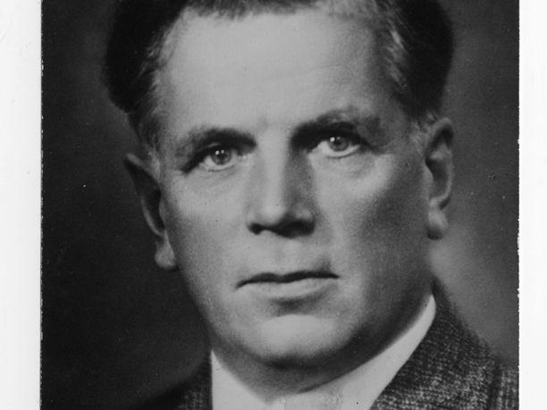 Yrjö Kallinen maaliskuussa 1946 vasta nimitettynä puolustusministerinä. Salkun hän otti vastaan sillä ehdolla, että pääministeri Pekkala hoitaisi asekaupat ja upseerinimitykset.