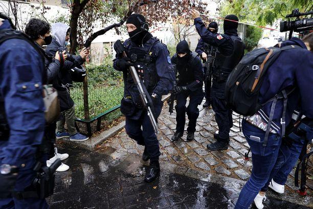 Iskupaikalle tuli perjantaina runsaasti poliiseja.