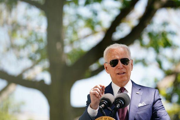 Joe Biden puhumassa Valkoisen talon pihalla tiistaina.