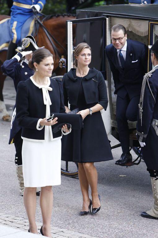 Siskokset Victoria ja Madeleine ennen kirkkoon siirtymistä.