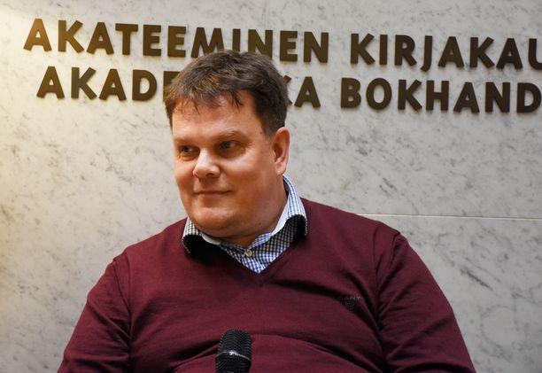 Jarmo Korhosen mukaan suomalaiseen politiikkaan virtaa rahaa tänäkin päivänä niin idästä kuin lännestä. Esimerkkinä Korhonen mainitsi Yhdysvaltain pakotelistalle päätyneen liikemiehen Kai Paanasen, jonka yhtiö SET Petrochemicals on tukenut vaaleissa ainakin Sauli Niinistöä, Jyri Häkämiestä ja Timo Laanista.