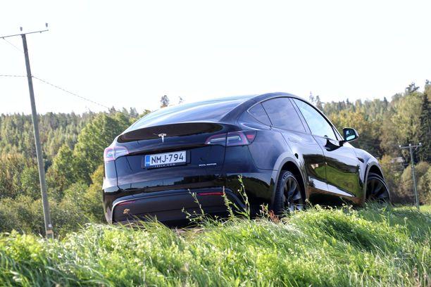 Uusi Tesla Model Y on selkeästi korkeampi kuin Model 3.