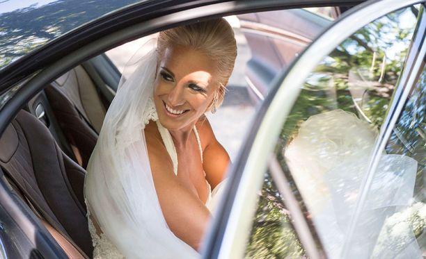Nanna Koiviston hääpuku huntuineen vaihtui iltajuhlassa toiseen loistokkaaseen pukuun.