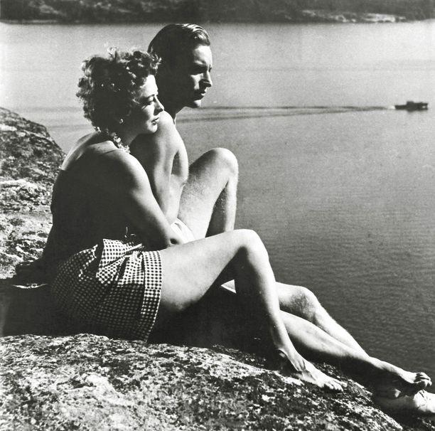 Usko (Matti Oravisto) ja Siiri (Gunvor Sandkvist) huumaantuvat toisistaan Telttaniemen saarella.