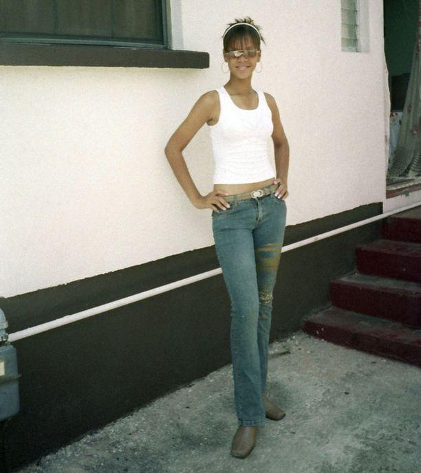 Rihanna kotinsa ulkopuolella St Michaelissa 15-vuotiaana.