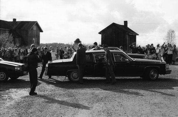 Tasavallan presidentti Mauno Koivisto saapuu Cadillacilla Parppeinvaaralle. Helsingin Sanomat kirjoitti loppuvuodesta 2015, että Kekkosen sekä Koiviston käyttämä Cadillac Fleetwood 75 Limousine on yhä tasavallan presidentin kanslian hallinnoima ja sitä käytetään suurlähettiläiden valtuuskirjeiden luovutuksen yhteydessä.