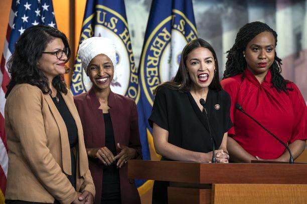 Demokraattien kongressiedustajat kommentoivat Trumpin tviittejä 15. heinäkuuta. Rashida Tlaib (vas.), Ilhan Omar (vas-kesk.), Alexandria Ocasio-Cortez (oik.-kesk.) ja Ayanna Pressley (oik.) joutuivat Trumpin rasistiseksi tulkitun tviitin kohteeksi.