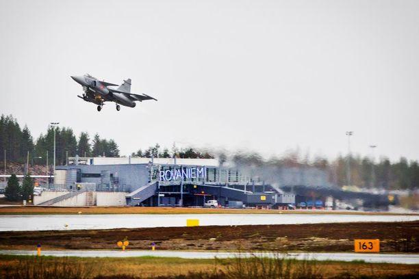 Suomelle Ruotsi-yhteistyön tiivistäminen on tärkeää oman puolustuskyvyn kehittämiseksi. Erityisesti Ruotsin ilma- ja merivoimilta saatua tukea pidetään tärkeänä. Kuvassa Ruotsin Jas 39C Gripen -hävittäjä Arctic Challenge -lentosotaharjoituksessa Rovaniemellä viime vuonna.