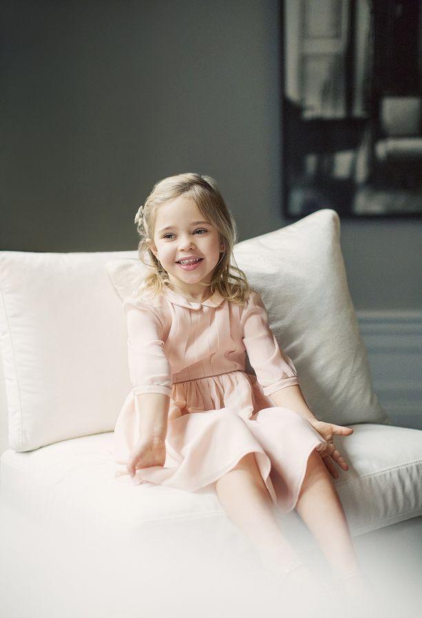 Prinsessa hymyilee iloisesti kuvissa.
